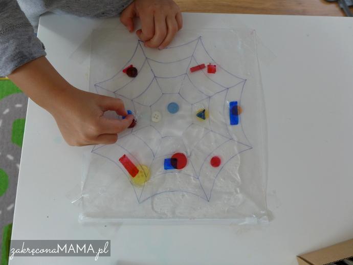 """""""Pajączek"""" Eric Carle - pomysły na zabawy - pajęcza sieć z torebki strunowej"""