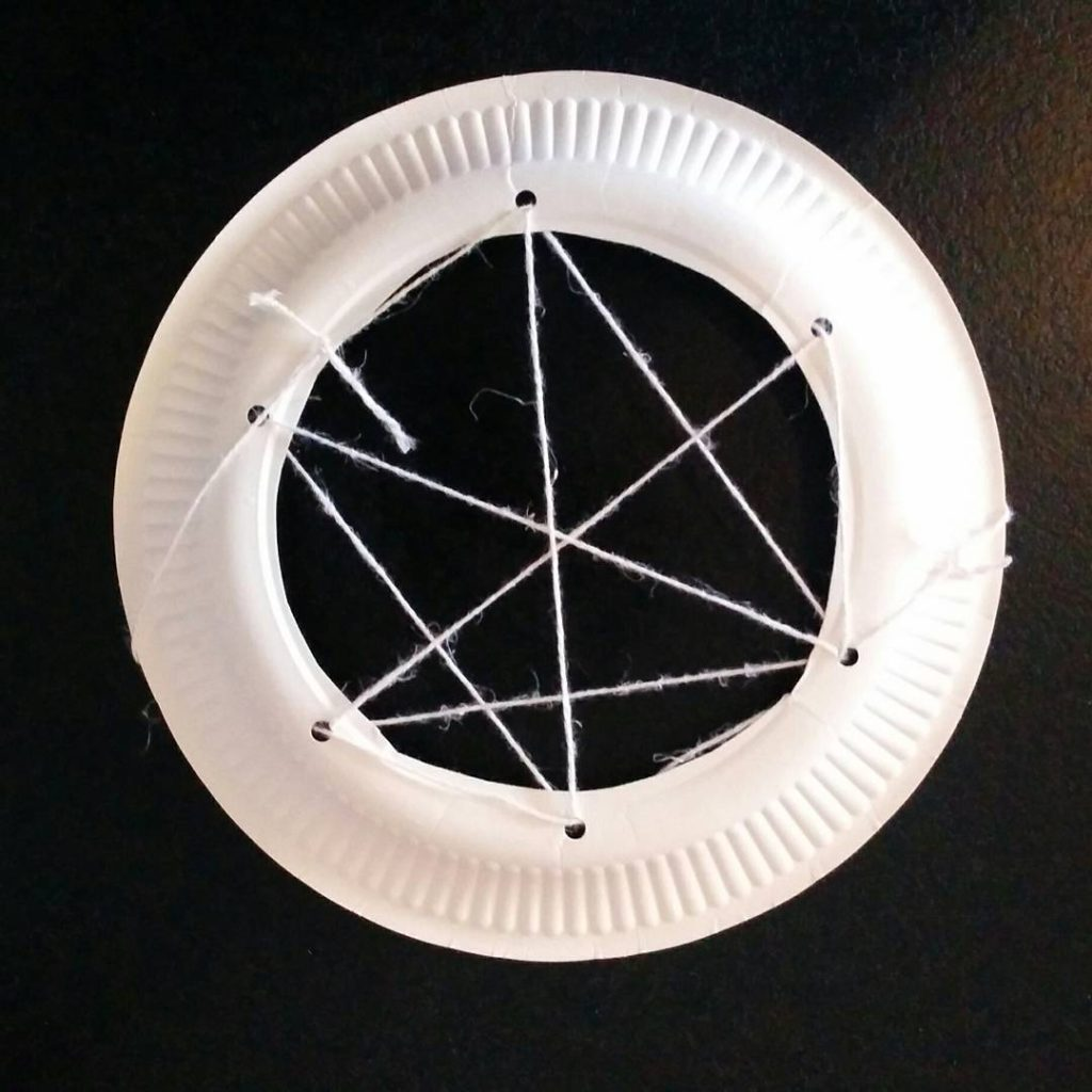 """""""Pajączek"""" Eric Carle - pomysły na zabawy - pajęcza sieć z papierowego talerzyka"""