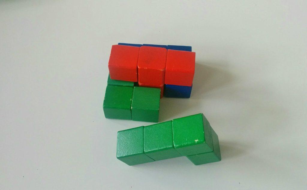 Drewniana kostka układanka logiczna - Krok 4 kostka w trakcie układania